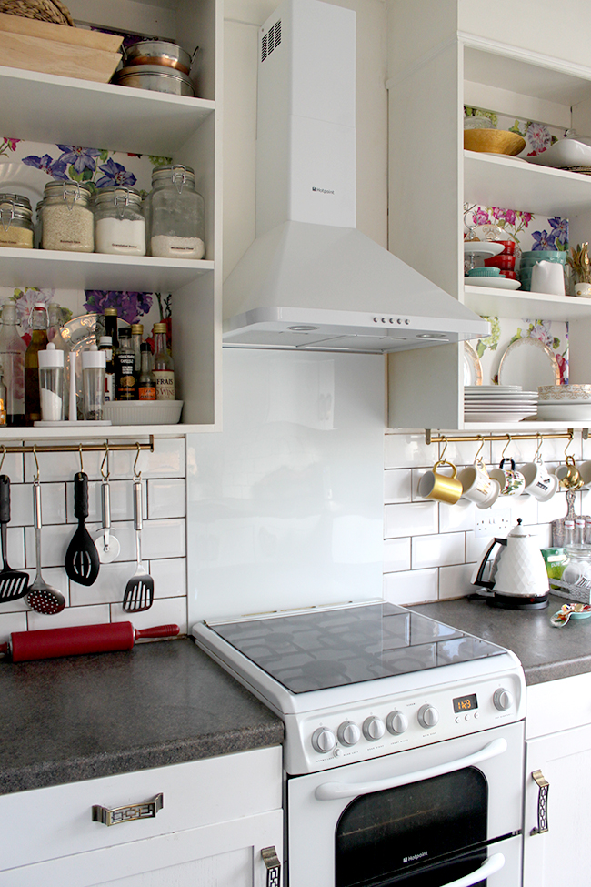 white cooker splashback and cookerhood