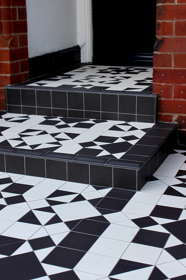 Swoon Worthy front patio steps black and white tiles