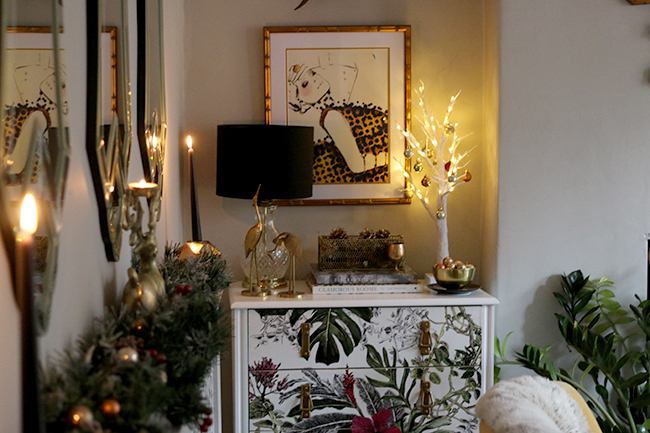 eclectic boho glam christmas decor in gold with tropical print wallpaper see more at www