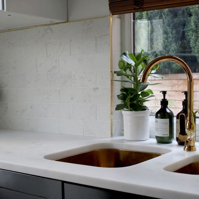 kitchen-marble-tiles-and-brass-trim