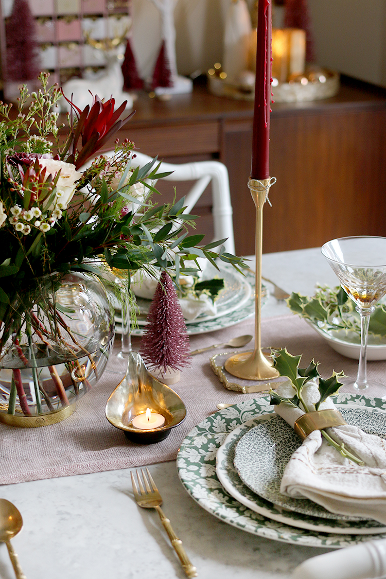 Christmas table setting in green pink and burgundy