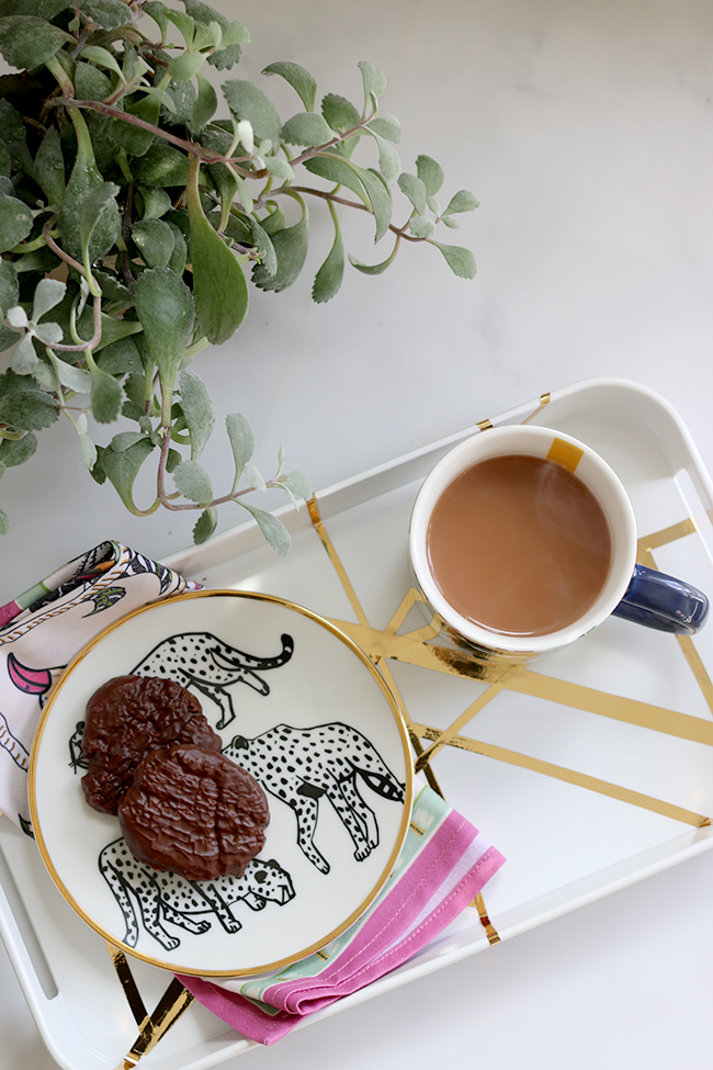 DIY-Gold-and-White-Graphic-Pattern-Tray