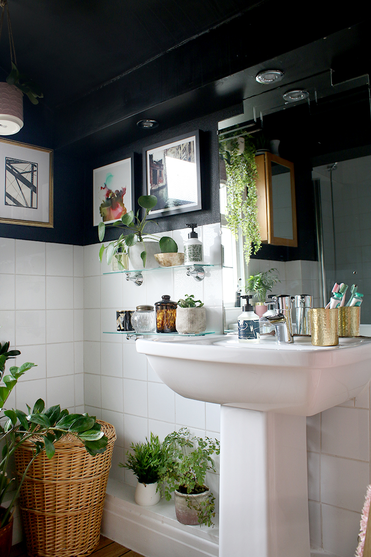 Black boho bathroom - tips for preparing for overnight guests
