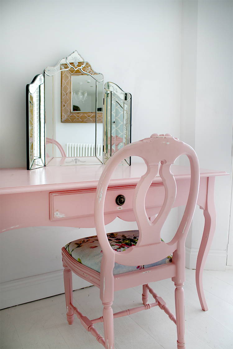 dressing table in pink