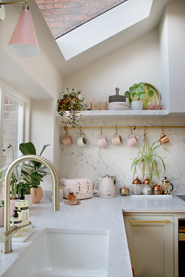 kitchen organising with rail to hang mugs and open shelving